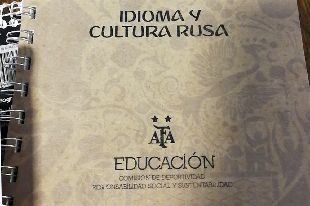 AFA distribuye manual que incluye consejos para seducir rusas durante...