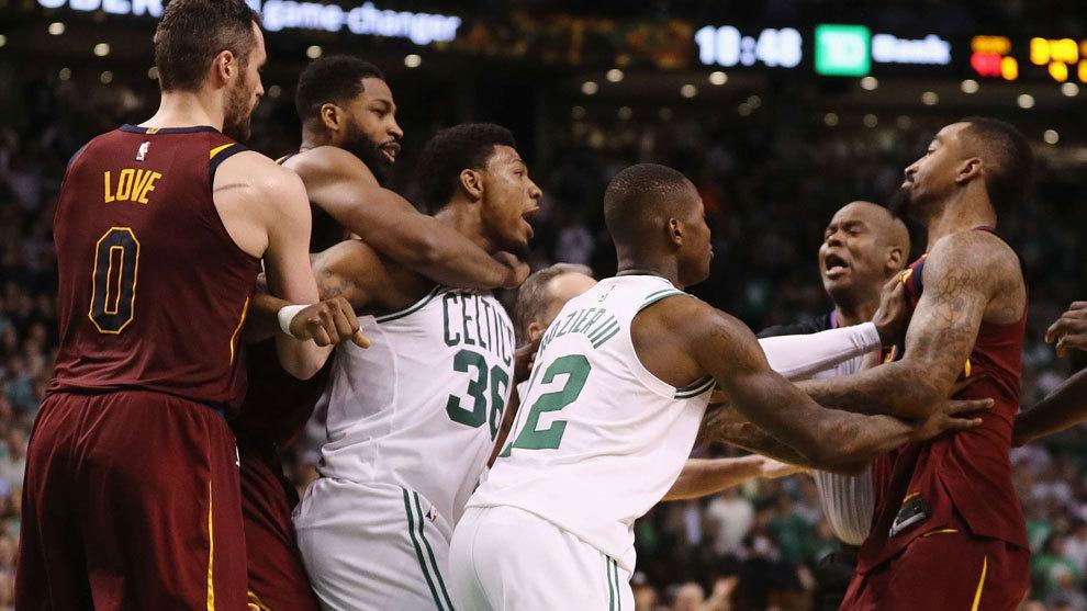 Marcus Smart tiene que ser sujetado para no golpear a Smith