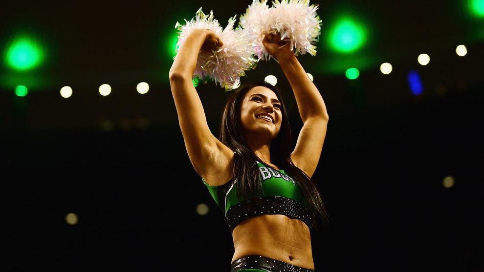 Una cheerleader de los Celtics en plena actuación