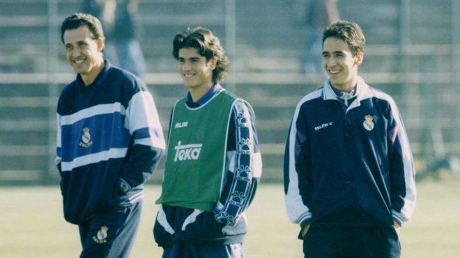 Jorge Valdano, junto a Álvaro Benito y Raúl González en la...