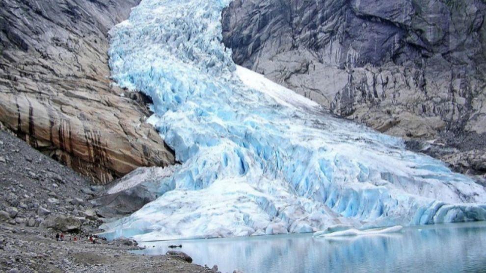 El glaciar es una masa de nieve comprimida formada a lo largo de miles...