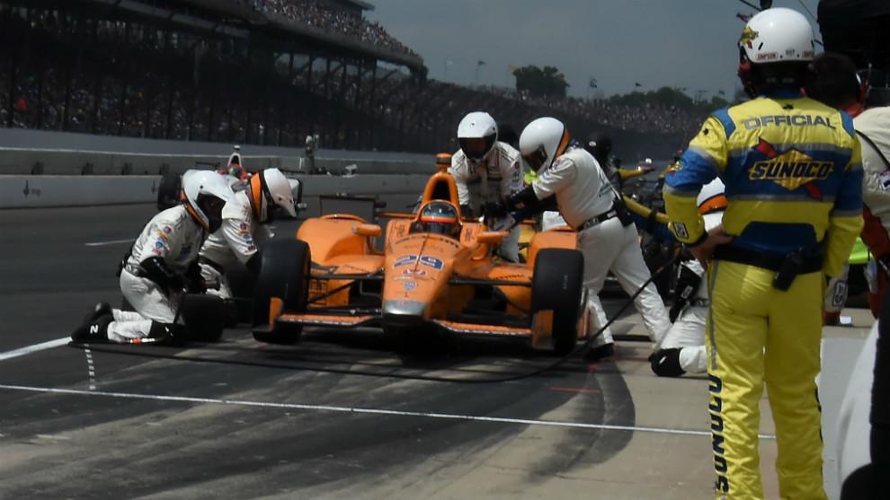 Alonso, con el equipo McLaren-Honda-Andretti durante una parada en las...