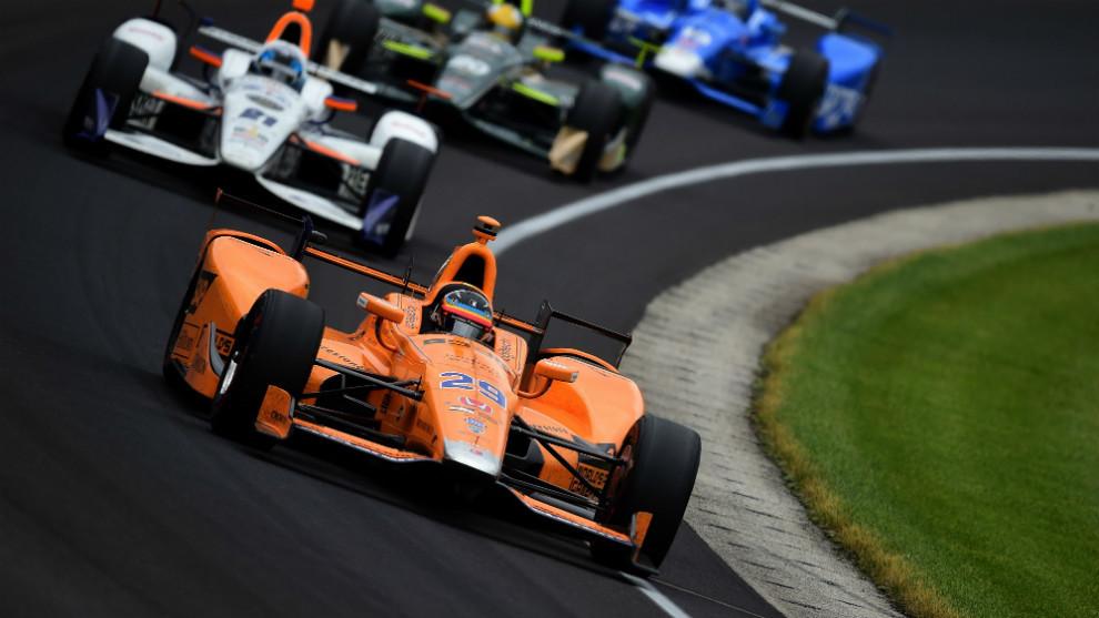 Alonso (29), con el equipo McLaren-Honda-Andretti liderando las 500...