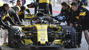 Carlos Sainz, empujado por mecánicos de Renault en un regreso al box