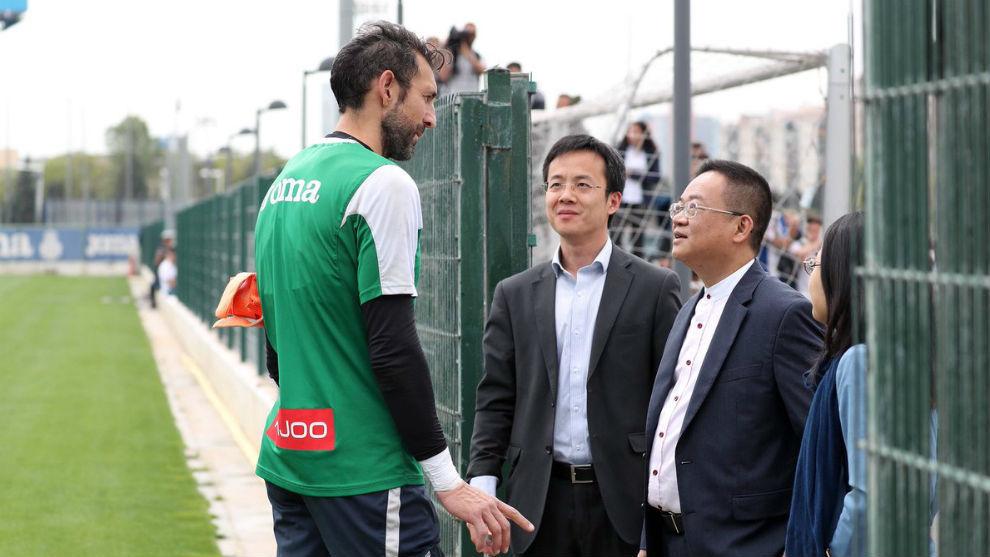 Diego López  charla con Mao Ye y Chen Yansheng.