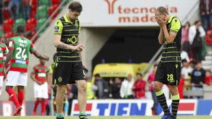 Los jugadores del Sporting, cabizbajos tras perder ante el Marítimo.