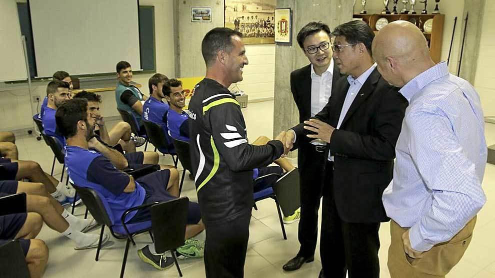 El empresario chino Xu Genbao, en una foto tras su llegada al club...