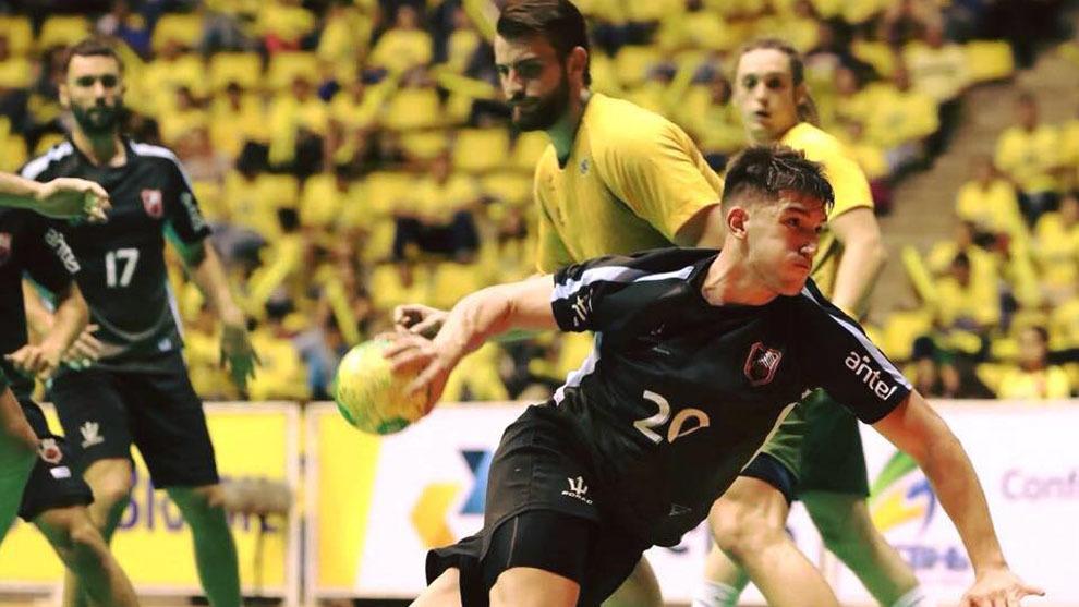 Gabriel Chaparro durante un partido con Uruguay ante Brasil