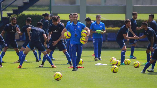 Caixinha, dirigiendo un entrenamiento del Cruz Azul.