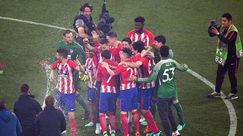 Los jugadores del Atlético celebran al final del partido