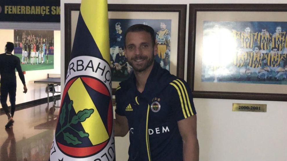 Roberto Soldado posa con la bandera del Fenerbahçe.