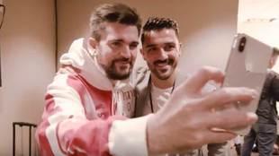 Momento del encuentro de Juanes con 'su doble' David Villa...