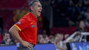 Sergio Scariolo dirigiendo a la selección española durante el...
