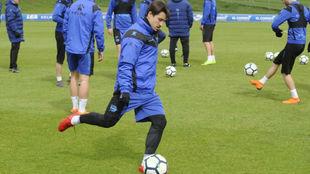 Bojan pasa el balón durante un entrenamiento con el Alavés.