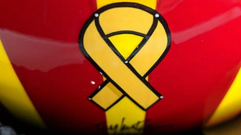 Lazo amarillo en el casco de Oriol Servía para las 500 Millas de...