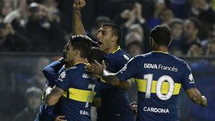 Los jugadores de Boca celebran uno de sus goles.