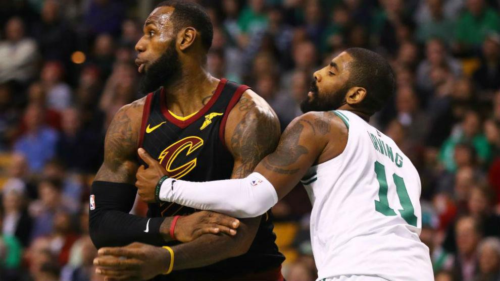 Kyrie Irving defendiendo a LeBron James durante uno de sus cara a cara