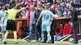 Prieto Iglesias expulsa a Rubén Baraja tras cortar una jugada del...