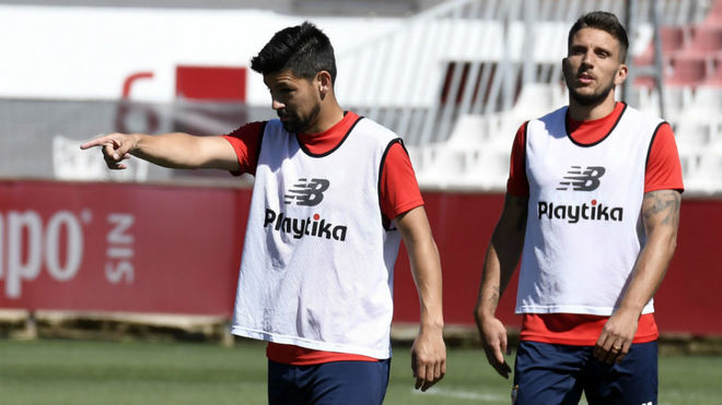 Nolito, con Carriço detrás suya, señala a un compañero.