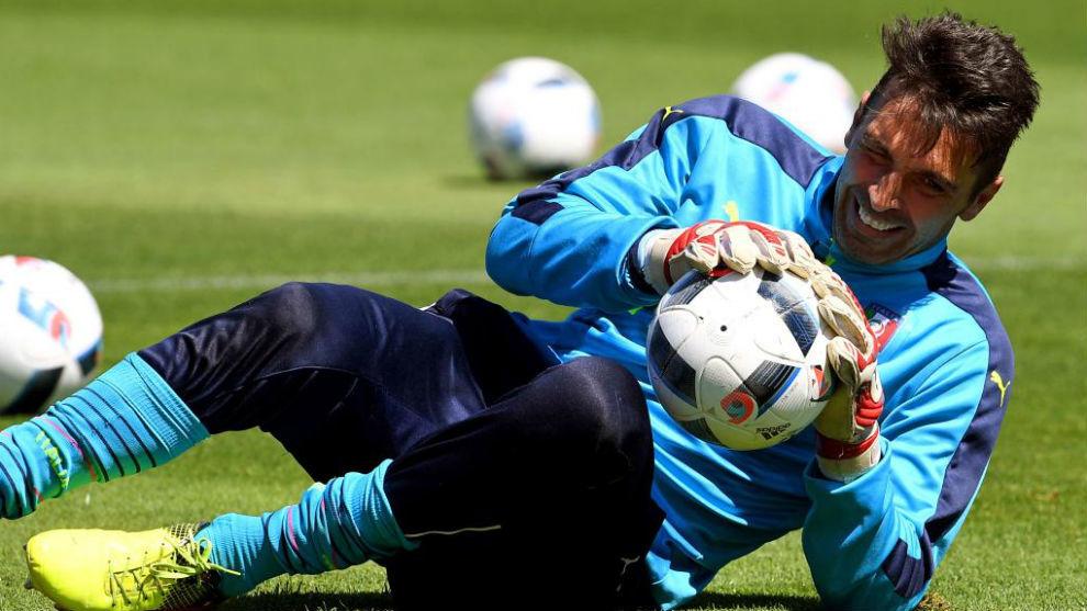 Buffon atrapa un balón durante un entrenamiento con Italia en la Euro...