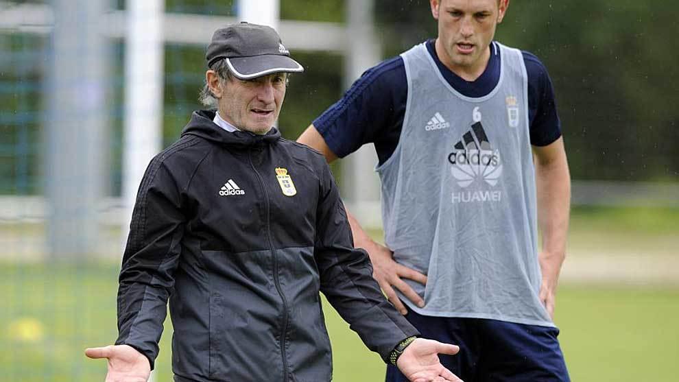 Anquela charla con Hernández en el Requexón en un entrenamiento...