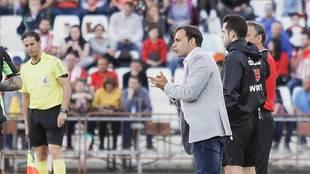 Fran Fernández aplaude a sus jugadores durante el derbi ante el...