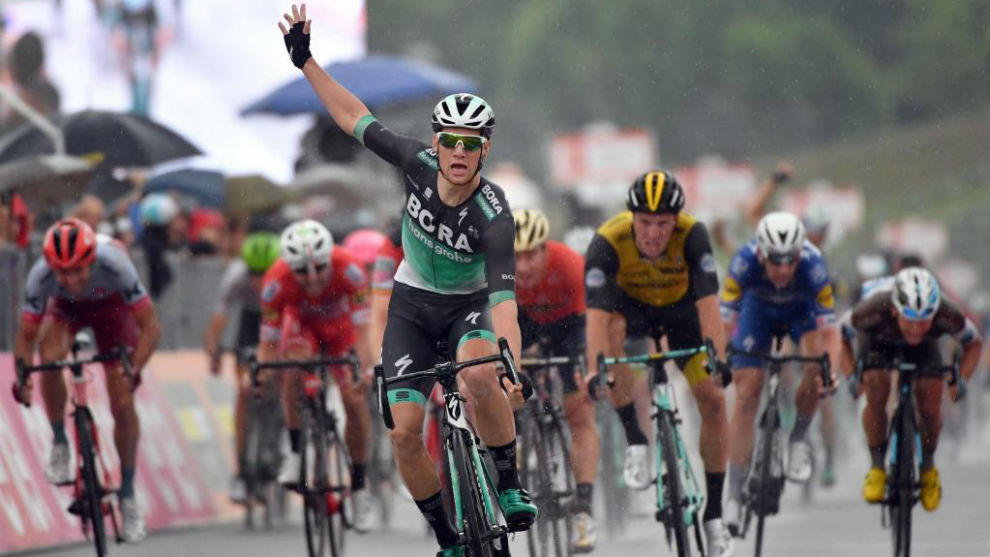 Sam Bennett celebrando su triunfo de etapa en Imola.