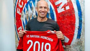 Robben posa con la camiseta conmemorativa de su renovación