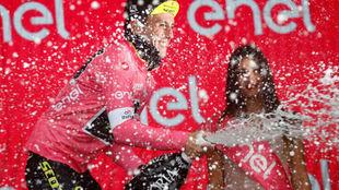 Simon Yates celebrando su liderato en la general.
