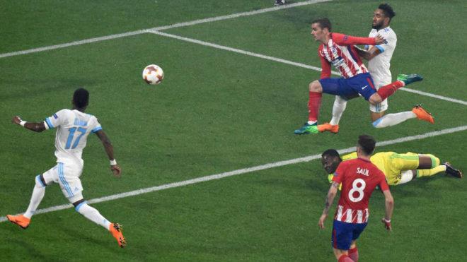 Griezmann eleva el balón sobre la salida de Mandanda en el segundo...