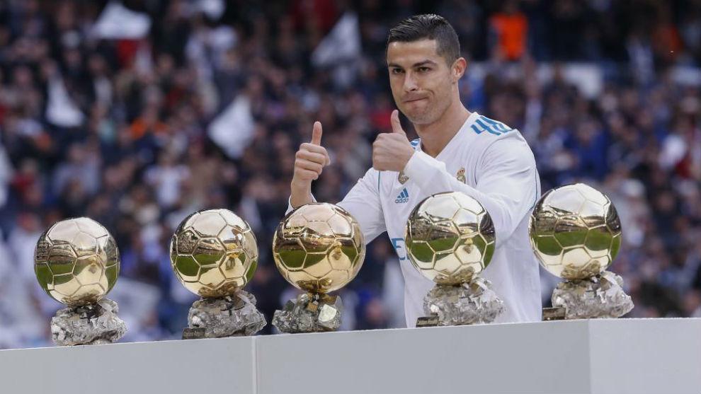 Cristiano Ronaldo posa con sus cinco Balones de Oro en el Bernabéu