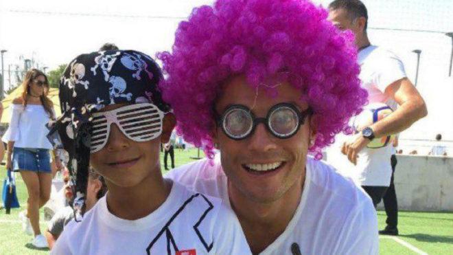 Cristiano y su hijo mayor, en  la barbacoa previa a la final de Milán