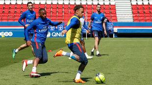 Neymar durante el entrenamiento con sus compañeros.