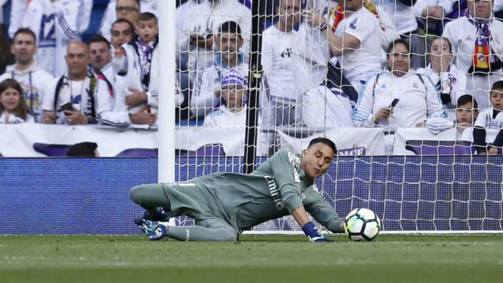 Keylor evita un gol en un partido en el Bernabéu