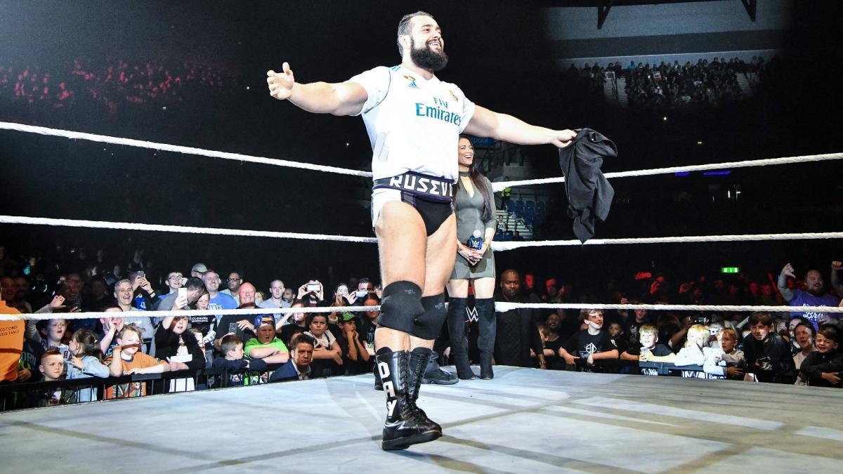 El luchador Rusev, estrella en la WWE, mostrando su camiseta del Real...