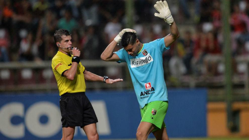 Luis Curiel recibe el impacto de un trozo de botella en su cabeza.