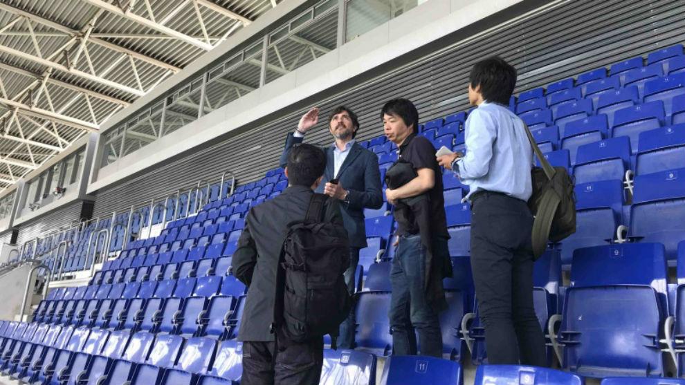 Joan Toldrà enseña el estadio a los arquitectos japoneses.