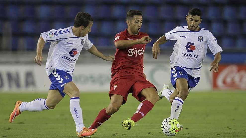 Jony se marcha de dos jugadores del Tenerife en el Heliodoro hace tres...