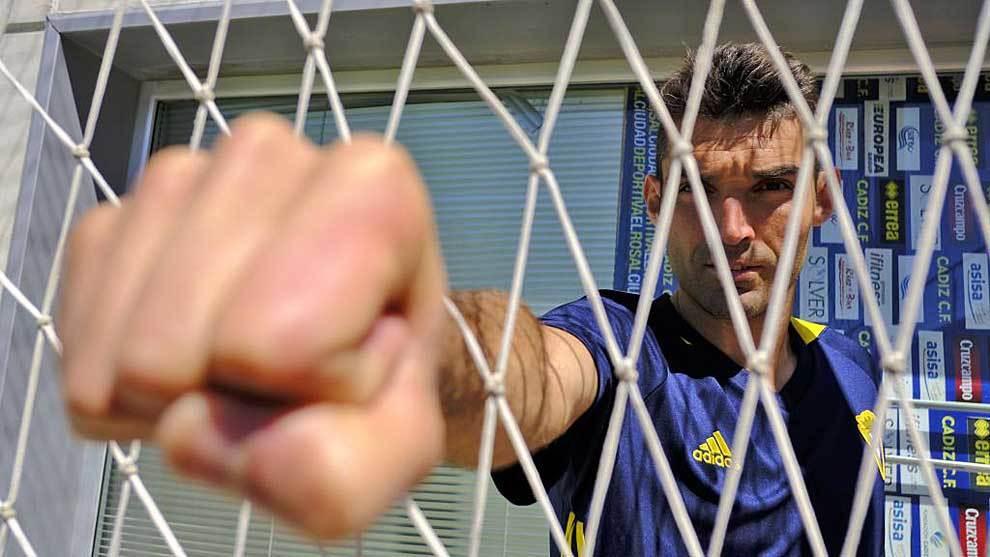 David Barral posa para Marca en una curiosa postura, 'puño en ristre'
