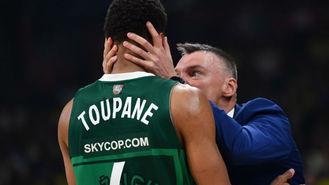Sarunas Jasikevicius abroncando a su jugador Axel Toupane