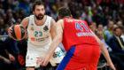 Sergio Llull bota el balón ante la defensa de Nikita Kurbanov