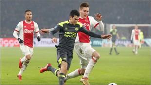 Hirving Lozano, en un duelo contra el Ajax esta temporada.