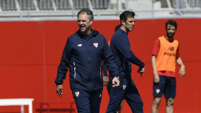Joaquín Caparrós y Carlos Marchena, en un entrenamiento.