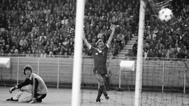 Kennedy supera a Agustín en la final Madrid-Liverpool de 1981