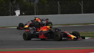 Max Verstappen, delante de su compañero Daniel Ricciardo