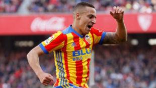 Rodrigo celebra un gol con el Valencia.