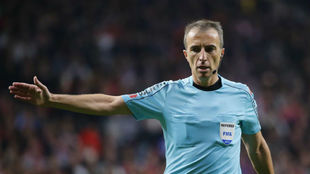 Fernández Borbalán, en una acción de encuentro entre el Atlético...