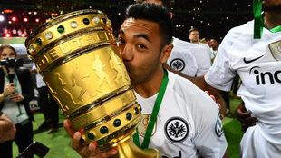 Fabián, besando la Copa.