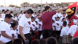 Los Cardinals de Arizona conviven con niños en México.