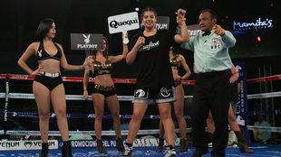 Maricela Cornejo sale del ring con el puño en alto.